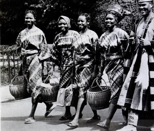 Ogunde with four of wives taking a walk. Photo Credt: NaijaArchives.com